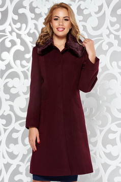 Palton visiniu elegant din stofa cu un croi cambrat cu guler din blana