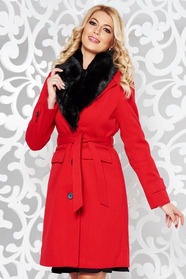 Palton rosu elegant cu un croi cambrat din stofa cu guler din blana captusit pe interior cu buzunare accesorizat cu cordon