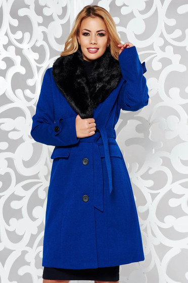 Palton albastru elegant cu un croi cambrat din stofa cu guler din blana captusit pe interior cu buzunare accesorizat cu cordon