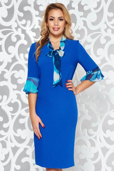 Rochie albastra eleganta tip creion cu un croi mulat din stofa neelastica cu volanase la maneca
