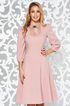 Rochie LaDonna rosa eleganta in clos din stofa subtire usor elastica cu aplicatii de dantela cu maneci bufante