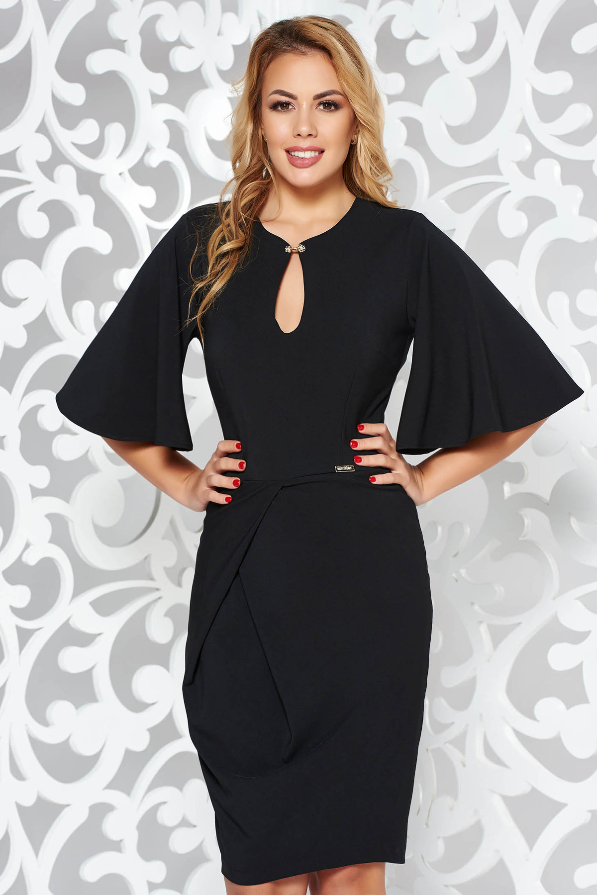 Rochie PrettyGirl neagra eleganta tip creion din stofa subtire usor elastica cu un croi mulat cu accesoriu metalic