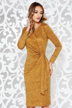 Rochie StarShinerS mustarie de zi cu un croi mulat din material tricotat cu maneci lungi