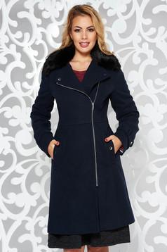 Palton albastru-inchis casual din material gros cu un croi cambrat cu guler din blana