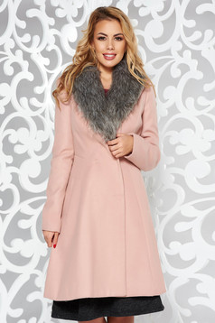 Palton rosa elegant cu maneca lunga din stofa cu un croi cambrat cu guler din blana