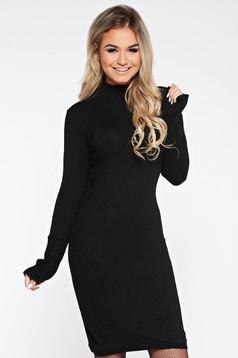 Rochie neagra de zi din material tricotat cu un croi mulat