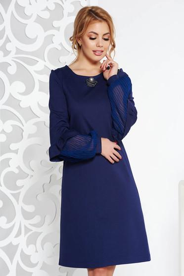 Rochie StarShinerS albastra-inchis eleganta cu croi larg din material usor elastic accesorizata cu brosa