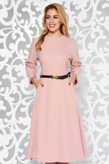 Rochie rosa office in clos din bumbac usor elastic cu buzunare si accesoriu tip curea
