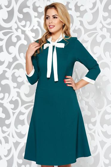 Rochie verde office midi cu croi in A din stofa elastica subtire cu guler tip esarfa