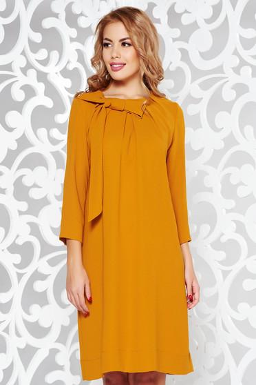 Rochie LaDonna mustarie eleganta cu croi larg din stofa neelastica cu maneci trei-sferturi