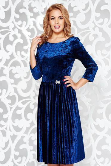 Rochie albastra de ocazie in clos din catifea plisata accesorizata cu brosa cu pietre stras