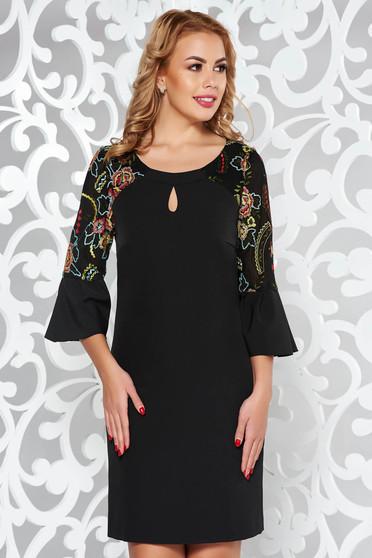 Rochie neagra eleganta din stofa subtire usor elastica cu insertii de broderie cu maneci clopot