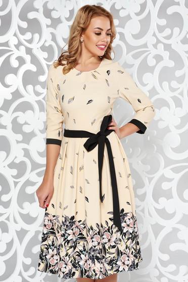 Rochie crem eleganta in clos din material elastic cu imprimeu floral accesorizata cu cordon