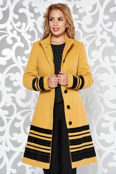 Palton LaDonna mustariu elegant cu un croi cambrat din stofa captusit pe interior cu aplicatii de catifea si cu buzunare