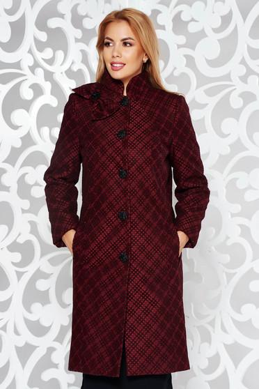 Palton visiniu elegant cu un croi cambrat din stofa neelastica captusit pe interior cu buzunare