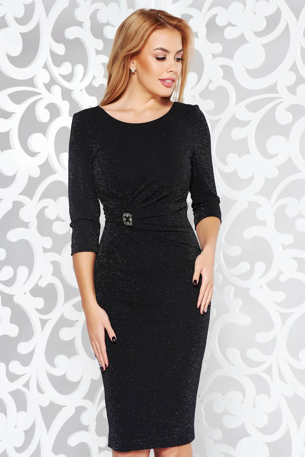 Rochie neagra de ocazie tip creion din material usor elastic cu fir lame captusita pe interior accesorizata cu brosa