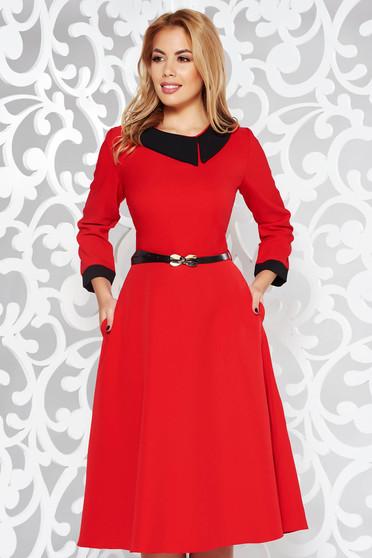 Rochie rosie eleganta in clos din stofa subtire usor elastica cu accesoriu tip curea