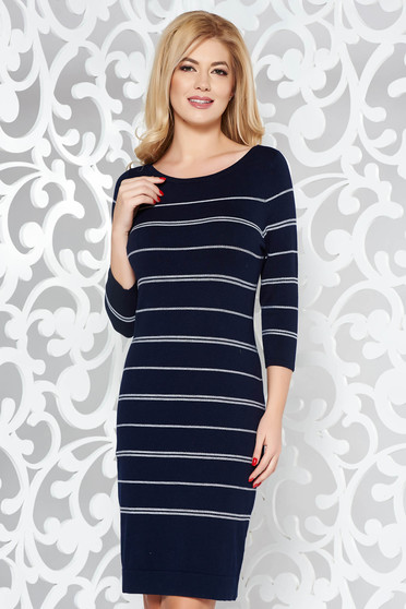 Rochie albastra-inchis de zi cu un croi mulat din material fin la atingere tricotata