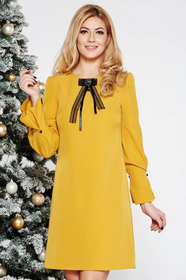 Rochie mustarie eleganta cu croi larg din stofa usor elastica cu maneci trei-sferturi accesorizata cu brosa