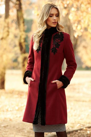 Palton LaDonna visiniu elegant cu un croi cambrat din lana captusit pe interior cu insertii de broderie cu insertii cu blana ecologica
