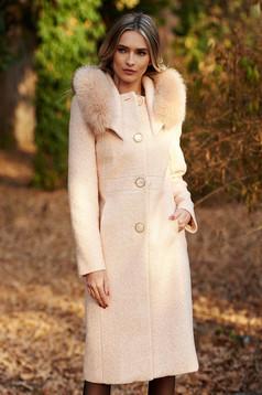 Palton crem elegant cu un croi drept din lana captusit pe interior cu guler din blana naturala cu buzunare