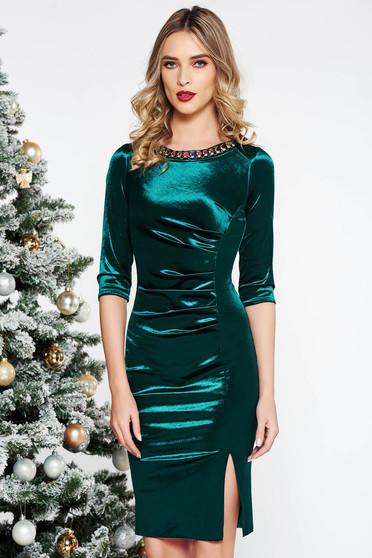 Rochie verde de ocazie midi cu un croi mulat din catifea cu aplicatii cu margele
