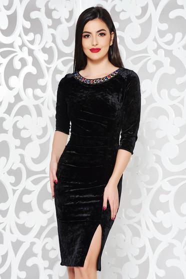 Rochie neagra de ocazie midi cu un croi mulat din catifea cu aplicatii cu margele