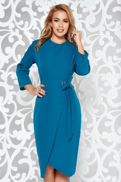 Rochie turcoaz eleganta tip creion din stofa subtire usor elastica accesorizata cu cordon