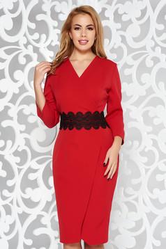 Rochie rosie eleganta tip creion petrecuta din stofa usor elastica cu aplicatii de dantela tricotata