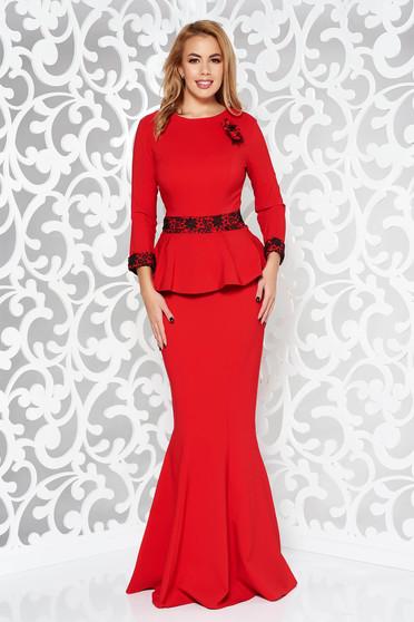 Rochie rosie de ocazie lunga tip sirena din stofa usor elastica cu aplicatii de dantela accesorizata cu brosa