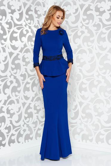 Rochie albastra de ocazie lunga tip sirena din stofa usor elastica cu aplicatii de dantela accesorizata cu brosa