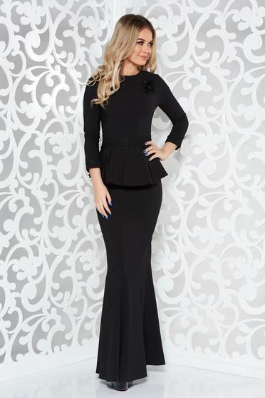 Rochie neagra de ocazie lunga tip sirena din stofa usor elastica cu aplicatii de dantela accesorizata cu brosa