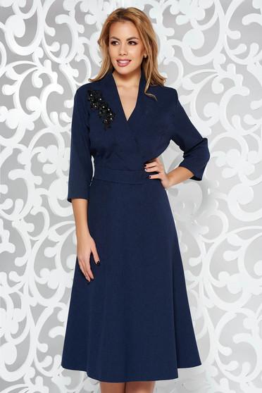 Rochie albastra-inchis eleganta in clos cu decolteu in v din stofa neelastica cu aplicatii cu margele