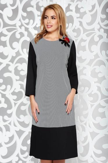 Rochie neagra eleganta cu croi larg cu maneca 3/4 din stofa usor elastica accesorizata cu brosa
