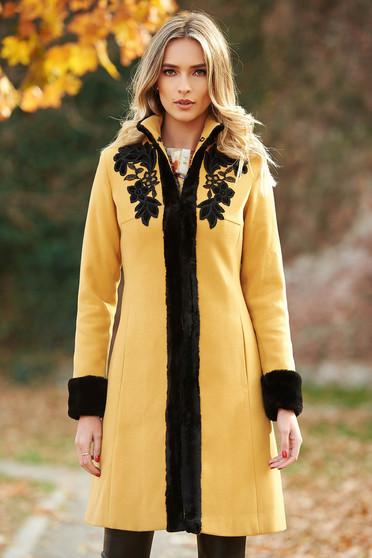 Palton LaDonna mustariu elegant cu un croi cambrat din lana captusit pe interior cu insertii de broderie cu insertii cu blana ecologica