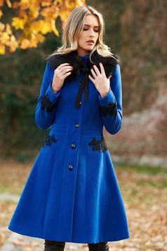 Palton LaDonna albastru Best Impulse elegant din lana cu insertii de broderie captusit pe interior cu buzunare