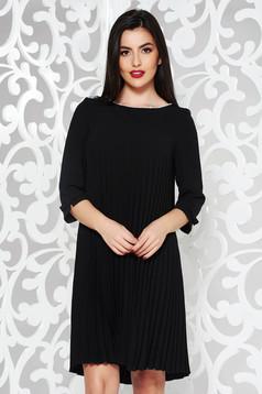 Rochie neagra eleganta cu croi larg din stofa neelastica plisata cu aplicatii cu perle