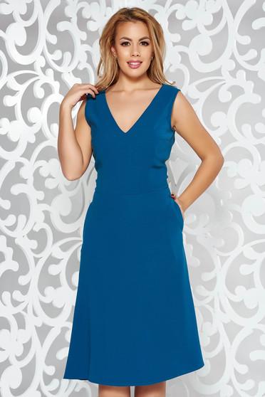 Rochie albastra eleganta in clos fara maneci cu decolteu din material usor elastic