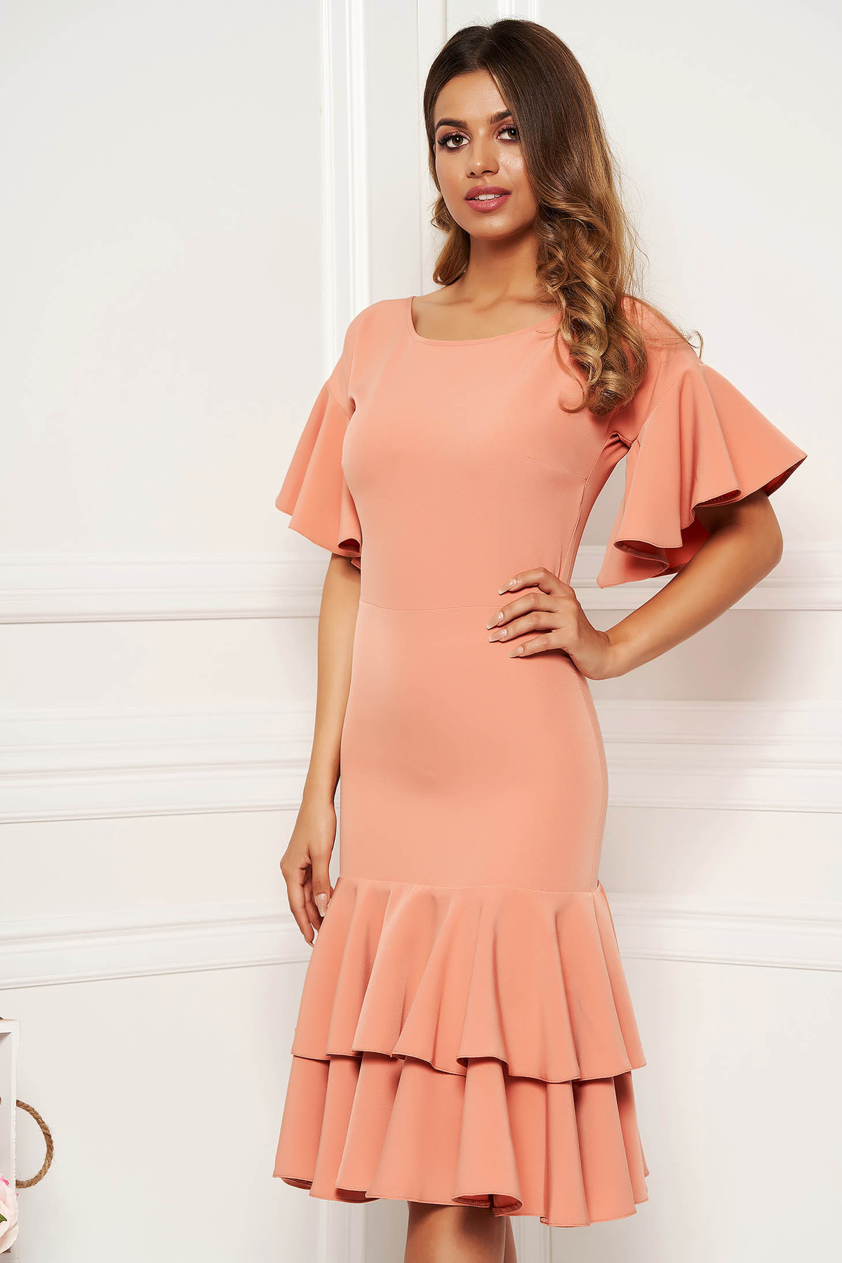 Rochie piersica eleganta midi cu maneci scurte din material usor elastic cu volanase la baza rochiei