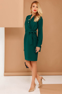 Rochie PrettyGirl verde eleganta din stofa subtire usor elastica cu buzunare accesorizata cu brosa si cordon