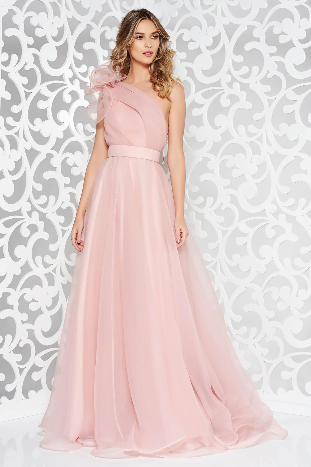 Rochie Ana Radu rosa de lux pe umar din tul captusita pe interior accesorizata cu cordon