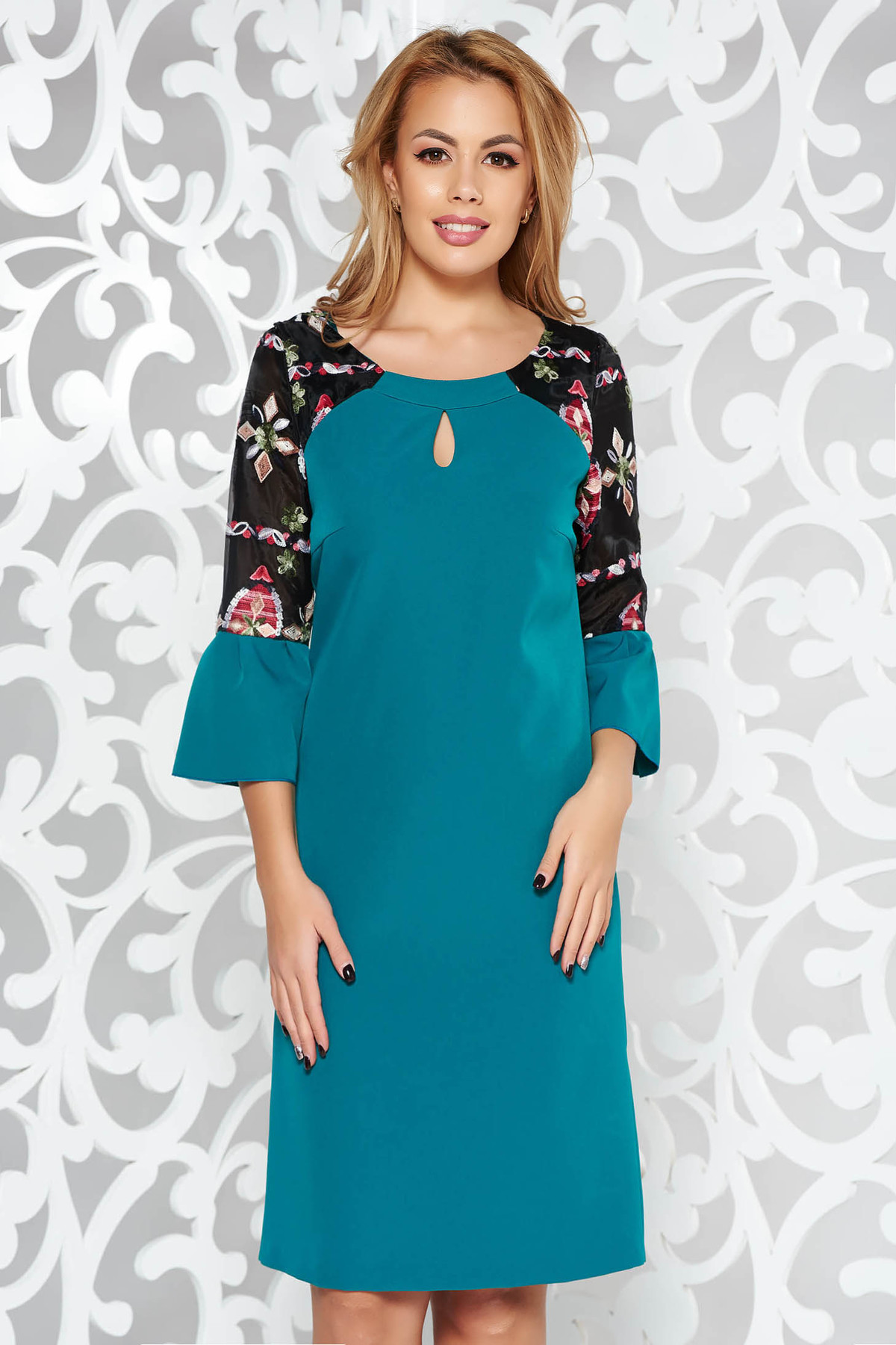 Rochie verde eleganta din stofa subtire usor elastica cu insertii de broderie cu maneci clopot