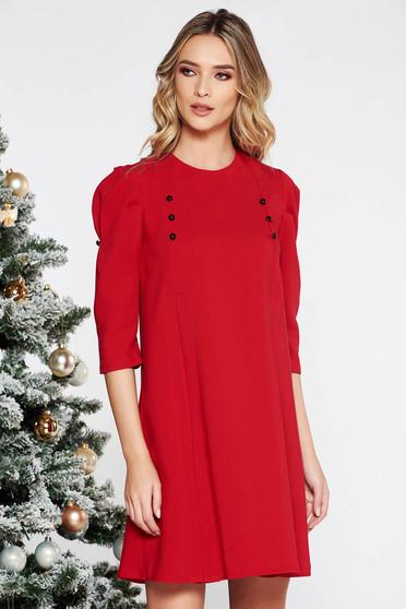 Rochie rosie de zi cu croi larg cu maneci trei-sferturi din stofa usor elastica accesorizata cu nasturi