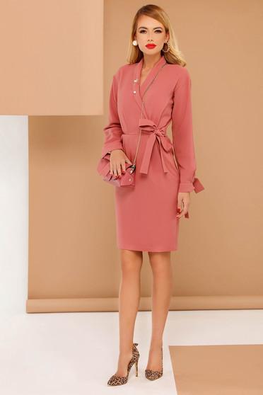 Rochie PrettyGirl rosa eleganta din stofa subtire usor elastica cu buzunare accesorizata cu brosa si cordon