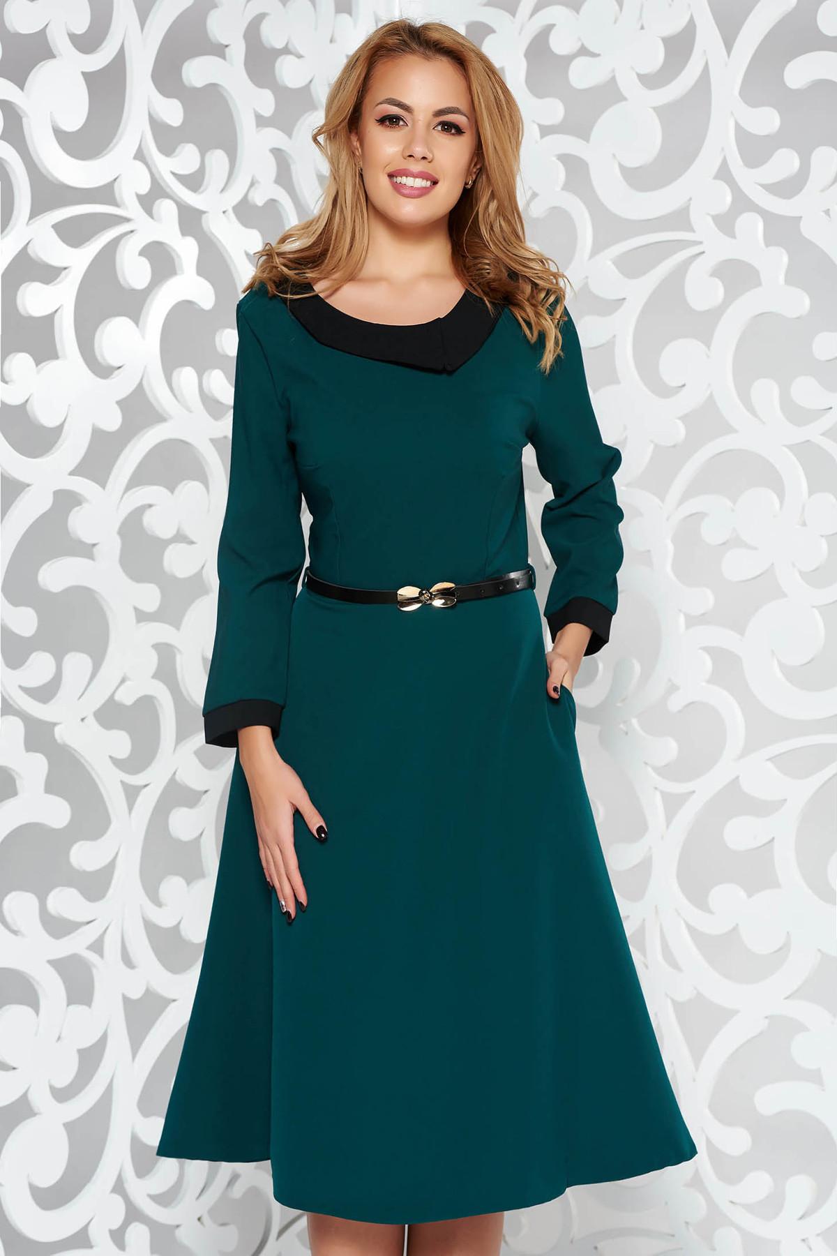 Rochie verde-inchis eleganta in clos din stofa subtire usor elastica cu accesoriu tip curea