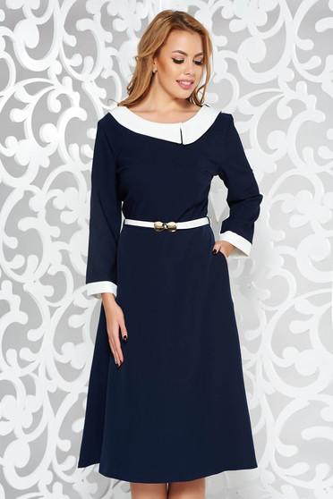 Rochie albastra-inchis eleganta in clos din stofa subtire usor elastica cu accesoriu tip curea