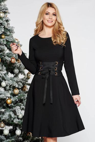 Rochie LaDonna neagra office in clos din stofa usor elastica accesorizata cu cordon