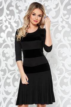 Rochie neagra scurta cu maneca 3/4 din material fin la atingere cu volanase la baza rochiei