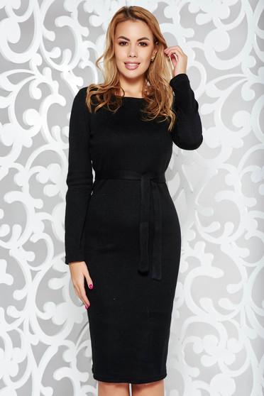Rochie PrettyGirl neagra casual tip creion din material tricotat captusita pe interior accesorizata cu cordon