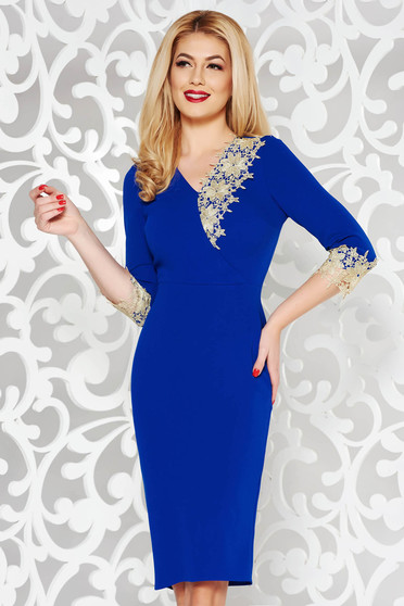 Rochie albastra de ocazie tip creion cu un croi mulat cu decolteu in v cu aplicatii de dantela